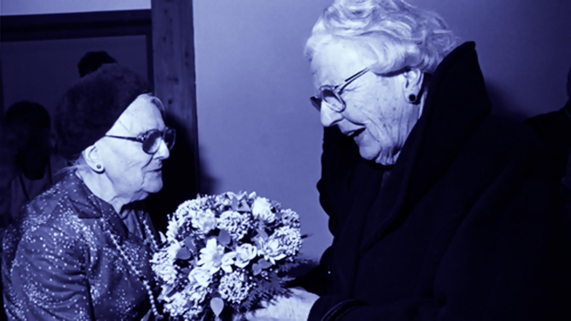 Prinses Juliana ontvangt bloemen